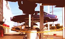 spuszczanie oleju z silnika na podnośniku. Zdjęcie z flickr.com