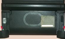 Śrubki po klapkami pamięci SSD.