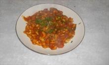 Przepis na białą fasolę z kiełbasą i pomidorami