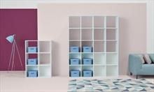 Wydziel sypialnię z salonu: funkcjonalny regał dla Twojej rodziny