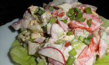 Jak zrobić wiosenną sałatkę do obiadu z sałaty rzodkiewki i pomidorów?