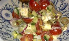 Przepis na sycącą sałatkę grecką z serem feta i sosem winegret
