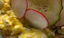 Przepis na sycącą pastę z jajek z siekanym koperkiem