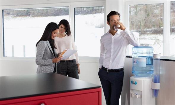 Rodzaje dystrybutorów wody źródlanej do firmy – jak wybrać najlepszy dystrybutor do biura?