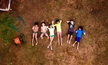 dzieci-bawiace-sie-w-ogrodzie