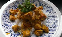 Przepis na pikantne curry z kurczaka, przyprawione ostrą papryczką chili