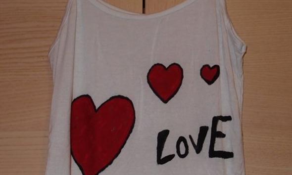 Jak ozdobić koszulkę na Walentynki?