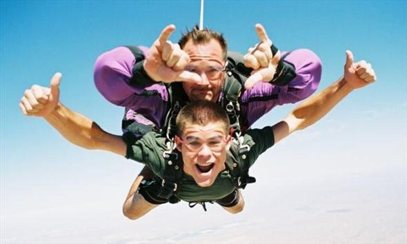 Dlaczego warto spróbować skoków spadochronowych?