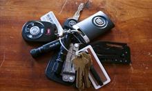 Jak poradzić sobie z zatrzaśniętymi kluczykami w samochodzie?