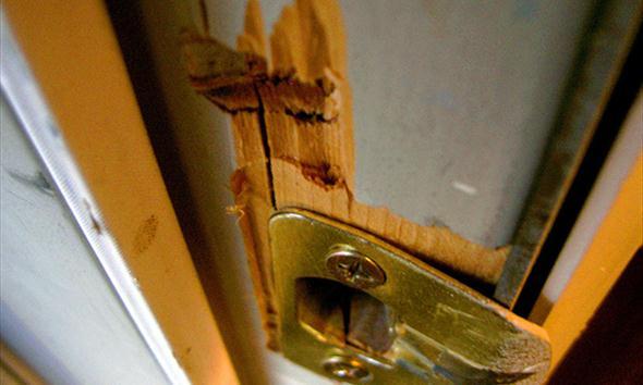Wyjeżdżasz - skutecznie zabezpiecz mieszkanie przed złodziejem