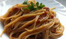 Prosty przepis na spaghetti w aromatycznym sosie pomidorowym