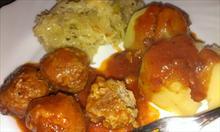 Serwowanie pulpetów wieprzowych w sosie pomidorowym